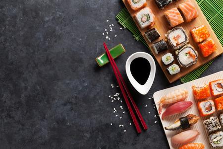 Set von Sushi und Maki auf Steintisch. Draufsicht mit Kopie Raum Standard-Bild