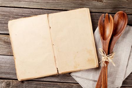 Lege uitstekende recept kookboek en keukengerei. Bovenaanzicht met een kopie ruimte