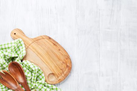 Kookgerei op houten tafel. Bovenaanzicht met een kopie ruimte
