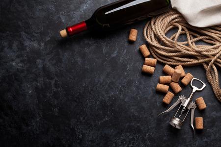 ワイン、コルクとコルク栓抜き暗い石の背景の上。コピー スペース平面図