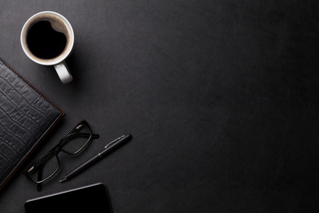 Büro Leder Schreibtisch Tisch mit Kaffee und Zubehör. Ansicht von oben mit Kopie Raum