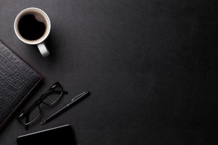 tavolo scrivania in pelle ufficio con caffè e materiali di consumo. Vista dall'alto con lo spazio della copia