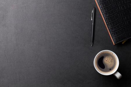 オフィス コーヒー用品とレザー デスク テーブル。コピー スペース平面図 写真素材