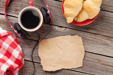 trompo de madera: croissants y café en la mesa de madera. Vista superior con papel de espacio de la copia