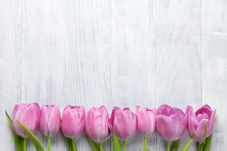 tulipan: Świeże różowy tulipan kwiaty na drewnianym stole. Widok z góry z miejsca na kopię