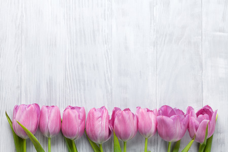 tulipan: Fresh pink tulip flowers on wooden table. Top view with copy space