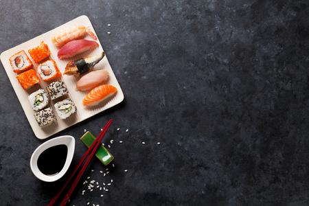 Set von Sushi und Maki auf Steintisch. Ansicht von oben mit Kopie Raum