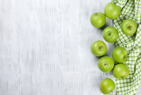 Grüne Äpfel über Holztisch. Ansicht von oben mit Kopie Raum Standard-Bild