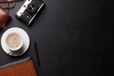 Biurko z aparatu fotograficznego, kawa i notes. Widok z góry z miejsca na kopię Zdjęcie Seryjne