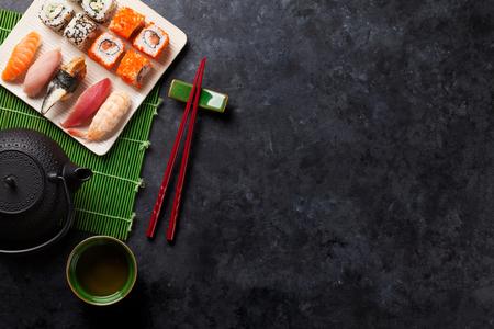 Satz von Sushi, von Maki und von grünem Tee auf Steintabelle. Draufsicht mit Kopie Raum Standard-Bild - 53389630