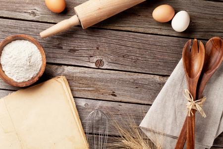 libros antiguos: mesa de la cocina con el libro de cocina, utensilios e ingredientes. Vista superior con espacio de copia