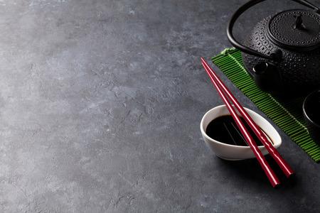 Palillos del té verde y del sushi en la tabla de piedra. Vista con espacio de copia Foto de archivo - 53389645