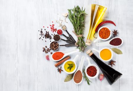 Kruiden, specerijen en kruiden op houten achtergrond. Bovenaanzicht met een kopie ruimte Stockfoto