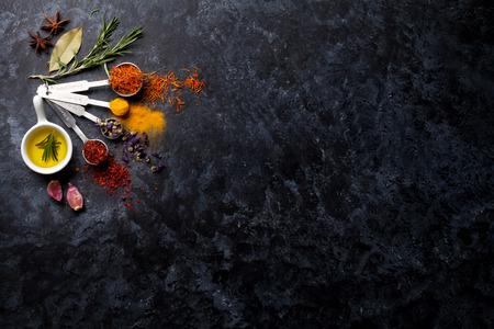 curry: Hierbas y especias sobre fondo de piedra negro. Vista superior con espacio de copia