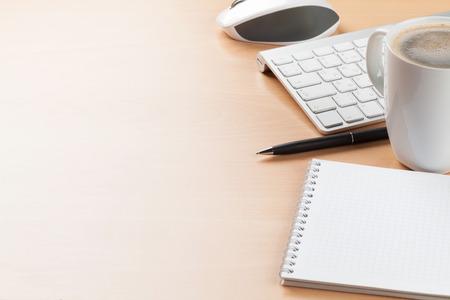 mesa de escritorio de oficina con los suministros y la taza de café. Ver con espacio de copia
