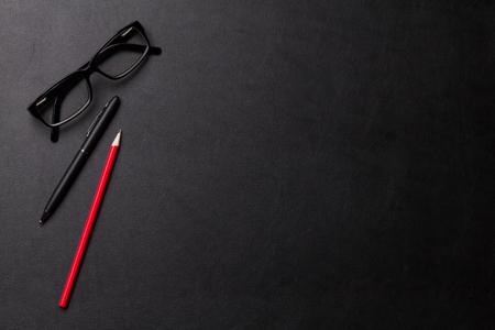 lapiz: Escritorio mesa de escritorio de cuero con pluma, lápiz y anteojos. Vista superior con espacio de copia