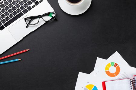 teclado: Escritorio mesa de escritorio de cuero con ordenador portátil, taza de café, bloc de notas e informes. Vista superior con espacio de copia