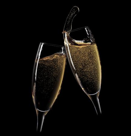 À votre santé! Deux verres de champagne. Isolé sur fond noir