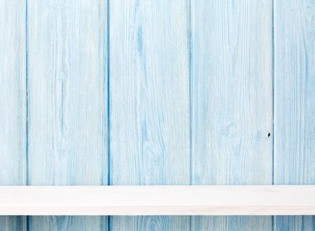 木製の棚木製の壁の前に。コピー スペースを表示します。