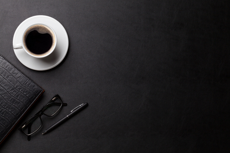 Büro Leder Schreibtisch Tisch mit Kaffeetasse, Notizblock und Stift. Ansicht von oben mit Kopie Raum