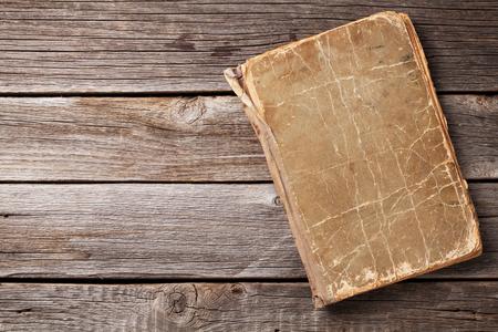 木製の背景にヴィンテージの本。コピー スペース平面図