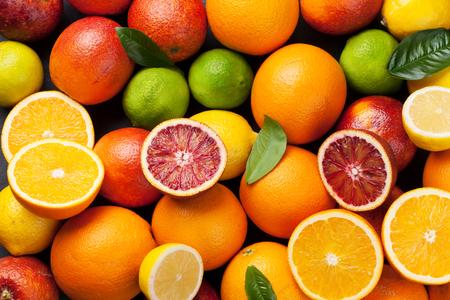 citricos: los cítricos frescos. Naranjas, limones y limas. Vista superior Foto de archivo