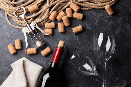 anteojos: De vino, vasos y sacacorchos sobre el fondo de piedra. Vista superior