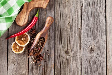 pepe nero: Spices on wooden table. View with copy space