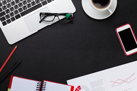 ノート パソコン、コーヒー カップ、メモ帳と携帯電話でオフィス革デスク テーブル。コピー スペース平面図