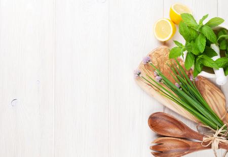 Las hierbas frescas y especias en la mesa de madera. Vista superior con espacio de copia