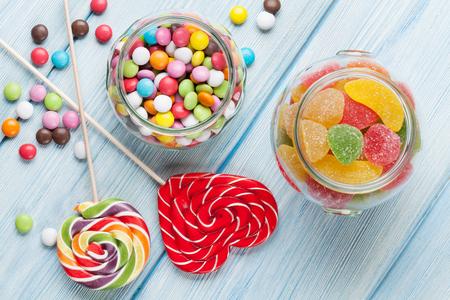 candies: caramelos de colores en fondo de la tabla de madera. Vista superior Foto de archivo