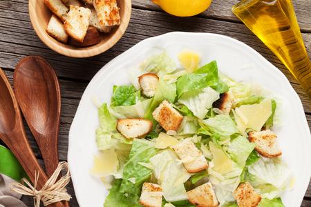 ensalada cesar: Fresca ensalada Caesar saludable en mesa de madera. Vista superior