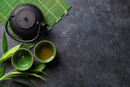 石のテーブルに緑色の日本茶。コピー スペース平面図