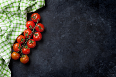 pomodorini maturi sul tavolo di cucina in muratura. Vista dall'alto con lo spazio della copia Archivio Fotografico