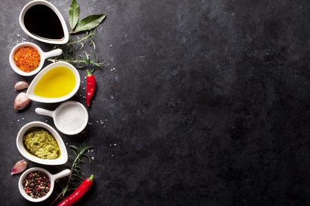 ハーブ、調味料と石の背景にスパイス。コピー スペース平面図