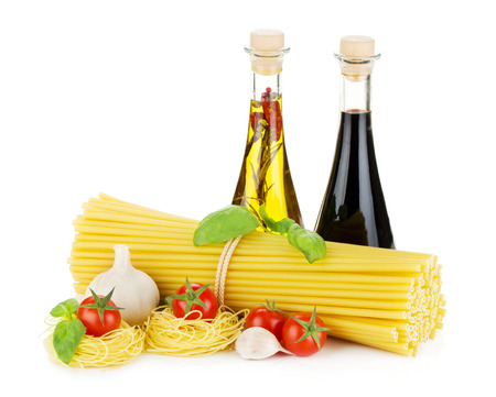 albahaca: Pasta, tomates, albahaca, aceite de oliva, el vinagre y el ajo. Aislado en el fondo blanco