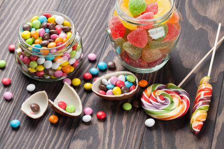 bonbons colorés sur table en bois fond