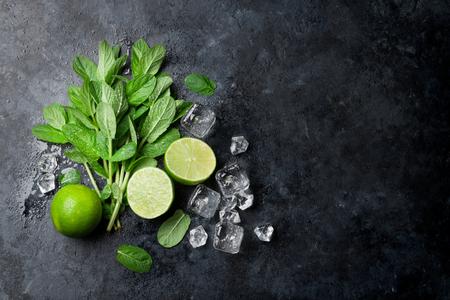 Munt, limoen en ijs op stenen tafel. Bovenaanzicht met kopie ruimte Stockfoto