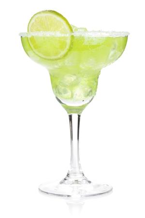 margarita cóctel: Clásico margarita cóctel con borde salado. Aislados en fondo blanco