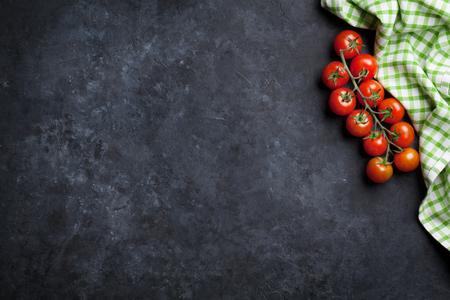 Reife Tomaten über Stein Küchentisch. Ansicht von oben mit Kopie Raum Standard-Bild - 57580772