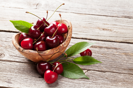 ripe: Ripe cherry bowl on wooden table
