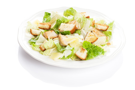 Ensalada César fresca y sana. Aislados en fondo blanco