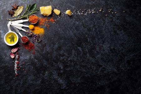 검은 돌 배경 위에 허브와 향신료. 복사 공간 상위 뷰 스톡 콘텐츠