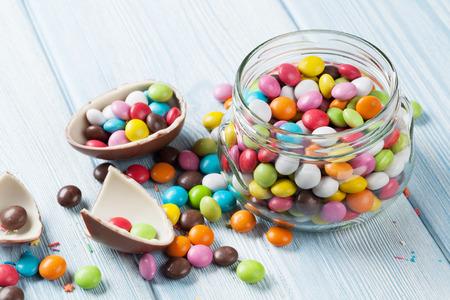 golosinas: Caramelos de colores en el fondo de la mesa de madera