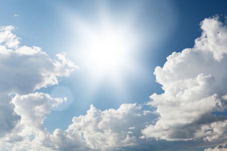 cielo de nubes: cielo azul y las nubes con el sol brillante