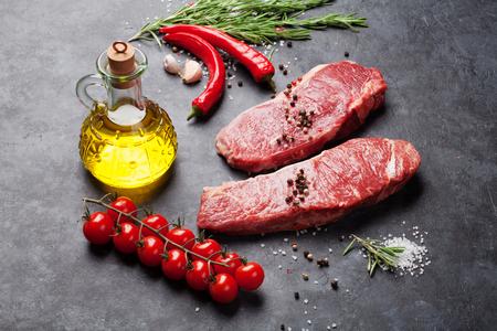 carne cruda: Lomo de filete sin procesar con romero, sal y pimienta cocinar sobre mesa de piedra Foto de archivo
