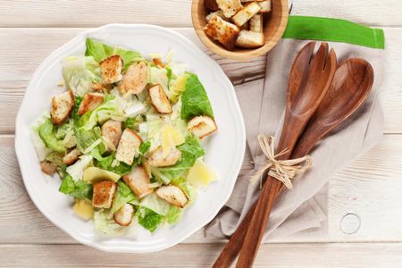 Fresca ensalada Caesar saludable en mesa de madera. Vista superior Foto de archivo