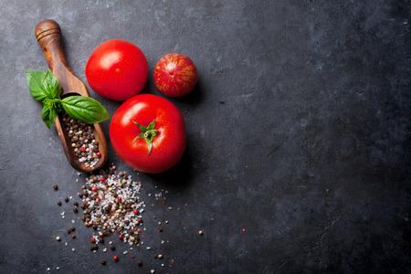 pepe nero: Pepe e sale spezie, basilico erbe e pomodori. Rosso, bianco e pepe nero. Sul tavolo in pietra scura. Vista dall'alto con lo spazio della copia