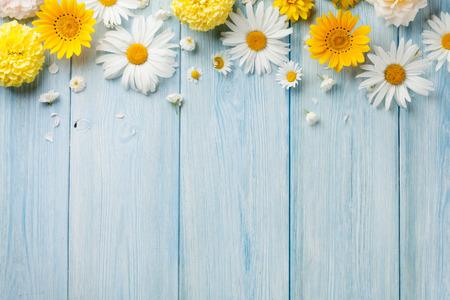 marco madera: flores de jardín sobre fondo azul vector de madera. Telón de fondo con copia espacio