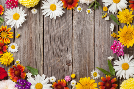 나무 테이블 배경 위에 정원 꽃입니다. 복사 공간 배경
